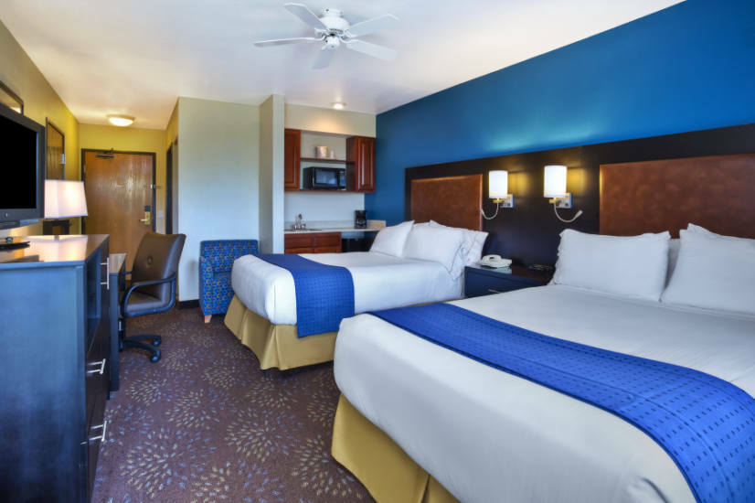 hotel room descriptions for mackinaw city holiday inn. Black Bedroom Furniture Sets. Home Design Ideas