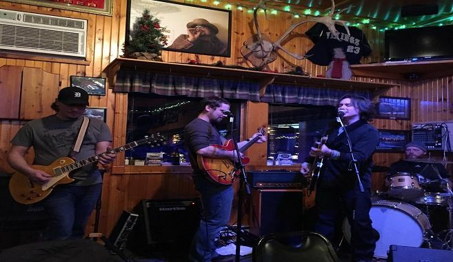 Live Music featuring Doug Henthorn and local musicians